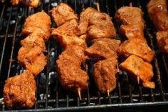Kebab crudi del pollo che cucinano su una griglia Immagini Stock