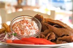 Kebab de Doner con la salsa del dzadziki, girocompases griegos Imagen de archivo