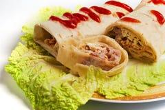 Kebab de Doner en una placa Fotos de archivo