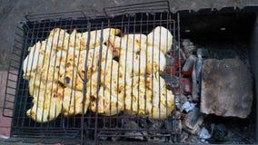 Kebab in de grill op de grill wordt geroosterd die stock videobeelden