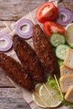 Kebab de la carne picadita con la opinión superior vertical de las verduras Foto de archivo libre de regalías