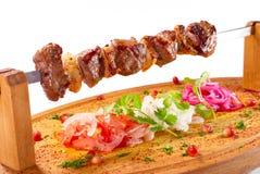 Kebab de Shish en un soporte de madera Fotografía de archivo libre de regalías