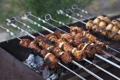Kebab de Shish no processo de cozimento Imagens de Stock Royalty Free