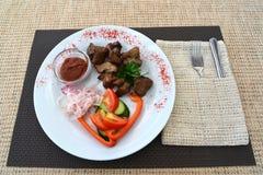 Kebab del cerdo con un adorno de verduras frescas Fotografía de archivo