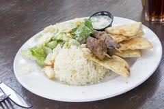 Kebab del cordero con el arroz Naan y la ensalada Fotografía de archivo