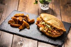 Kebab del doner del pollo con las patatas Imágenes de archivo libres de regalías