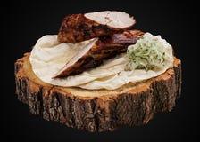 Kebab del filetto di carne di maiale su una fetta di legno immagine stock libera da diritti