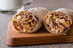 Kebab del grano duro di shawarma del pollo con il ayran o il latticello/Tantuni fotografia stock libera da diritti