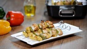 Kebab del pollo del aperitivo con las verduras almacen de metraje de vídeo