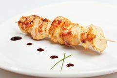 Kebab del pollo en el pincho en la placa blanca Foto de archivo libre de regalías