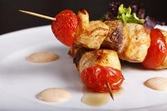Kebab del pollo en los pinchos con los tomates fotos de archivo libres de regalías