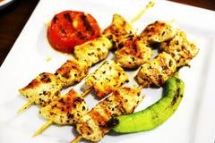 Kebab del pollo en una placa blanca con las verduras Imagenes de archivo
