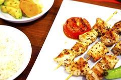 Kebab del pollo en una placa blanca con las verduras Imagen de archivo