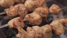 Kebab del pollo que se prepara en parrilla almacen de video