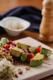 Kebab del queso de soja en el mijo con las almendras, las llamadas del mijo y los arándanos Imágenes de archivo libres de regalías