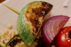 Kebab del queso de soja en el mijo con las almendras, las llamadas del mijo y los arándanos Imagenes de archivo