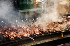 Kebab delicioso del Bbq que asa a la parrilla en la parrilla abierta, cocina al aire libre foo foto de archivo