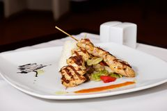 Kebab dell'agnello sul piatto bianco con l'ampolliera Fotografia Stock Libera da Diritti