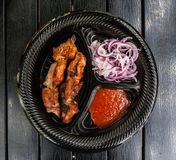 Kebab della carne del barbecue con la cipolla e la salsa al pomodoro fotografia stock