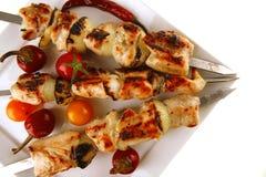 Kebab dello shish del pollo di arrosto su bianco Immagini Stock