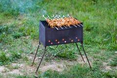 Kebab, der auf einem Grillgrill grillt stockfotografie