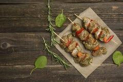 Kebab des rohen Fleisches auf einem hölzernen Hintergrund stockfoto
