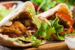 Kebab di Doner - carne del pollo fritto con le verdure Fotografie Stock Libere da Diritti
