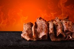 Kebab di Doner con fuoco fotografie stock