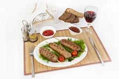 Kebab di Lula con i pomodori ed i cetrioli Servisca con il nero o pane bianco e un vetro di vino rosso fotografia stock