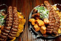 Kebab di Lula con le verdure Taglio di montone tritato sul grande piatto d'acciaio fotografia stock