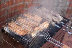 Kebab di Shish da un salmone su una grata Fotografie Stock