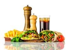 Kebab e panino di Shawarma con cola su bianco Fotografia Stock