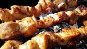 Kebab en el gastrónomo de la cámara lenta de la parrilla que asa a la parrilla cocinar del humo almacen de video