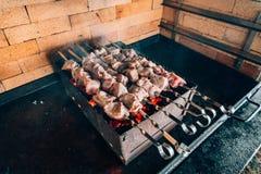 Kebab en los pinchos en una piedra Imagenes de archivo