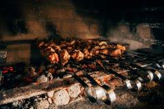 Kebab en los pinchos en una piedra Fotografía de archivo