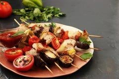 Kebab från kalkon med grönsaker: zucchini, aubergine, lök, tomat och peppar Arkivfoto