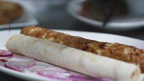 Kebab fresco sabroso que asperja con paprika en la placa grande con la cebolla violeta y el cierre de la pita para arriba Porción metrajes