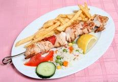 Kebab greco di souvlaki del pollo di taverna Immagini Stock