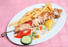 Kebab griego del souvlaki del pollo del taverna Imagenes de archivo