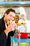 Kebab - Kunde und heißes Doner mit frischen Bestandteilen Lizenzfreies Stockfoto