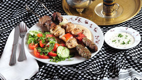 Kebab mélangé de shish. Cuisine du Moyen-Orient Photos libres de droits