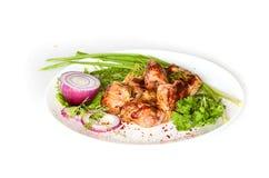 Kebab med örter på en platta Arkivfoto