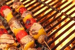 Kebab misti della verdura e della carne sulla griglia calda del BBQ fotografie stock libere da diritti