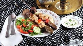 Kebab Mixed dello shish. Cucina del Medio-Oriente Fotografie Stock Libere da Diritti
