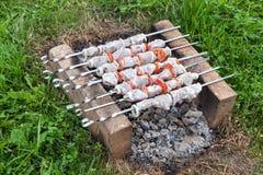 Kebab op de oven van baksteen wordt gemaakt die Stock Foto