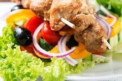Kebab op salade dichte omhooggaand Stock Foto