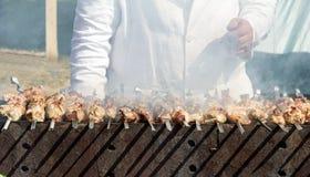 Kebab op vleespennen op de grill Stock Afbeelding