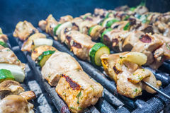 Kebab op vleespennen op een grill een vakantie Stock Foto's