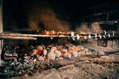 Kebab op vleespennen op een steen Royalty-vrije Stock Fotografie