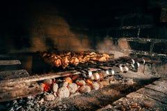 Kebab op vleespennen op een steen Royalty-vrije Stock Foto's